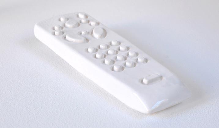 Une télécommande pour rien? - Jean-Jacques Dumont / faïence émaillée - 4,5x16x2,4 cm - 24 exemplaires - 180 €