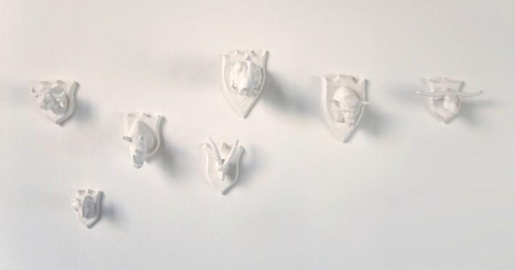 Mini trophées pour mini chasseurs - Nathalie Bachmann / plâtre polyester peint - 7 haut reliefs de 5,5x3x4cm - 12 exemplaires - 170€