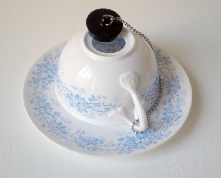 Le point noir - Selma Lepart / porcelaine émaillée et bonde - 6x6,5x18cm - 12 exemplaires - 150€