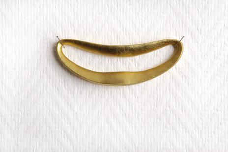 Sourire - Rarès Victor / résine polyuréthane dorée à la feuille - 13,6x5,5x1,2 cm - 12 exemplaires - 200 €